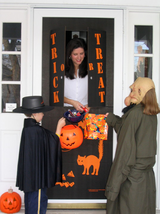 Decorating Ideas > New And Innovative Halloween Decoration Turns Your Front  ~ 160801_Halloween Door Tricks