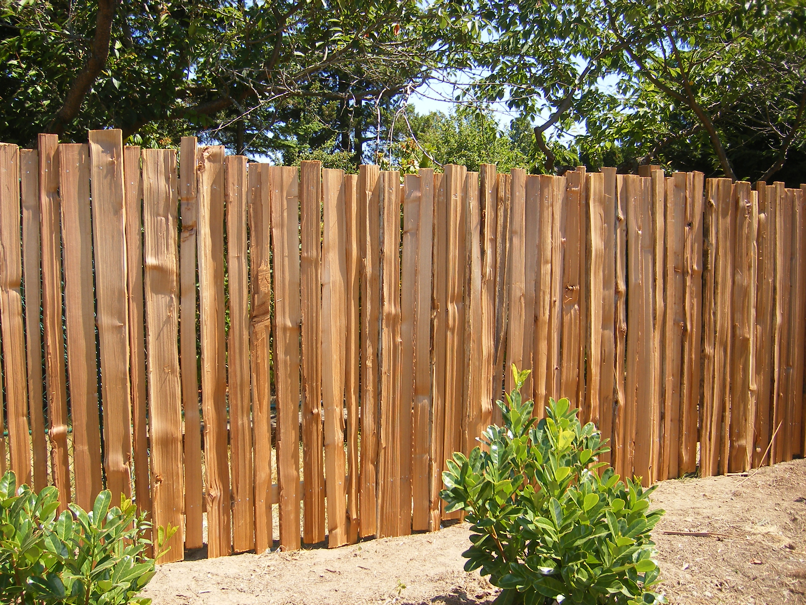 Dimished art of hand spitting grapestake fencing fence for Barda de madera para jardin
