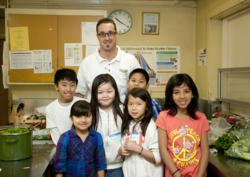 Jeff Clark, executive chef at Nugget Markets teaching and cooking along with Oakridge Elementary students
