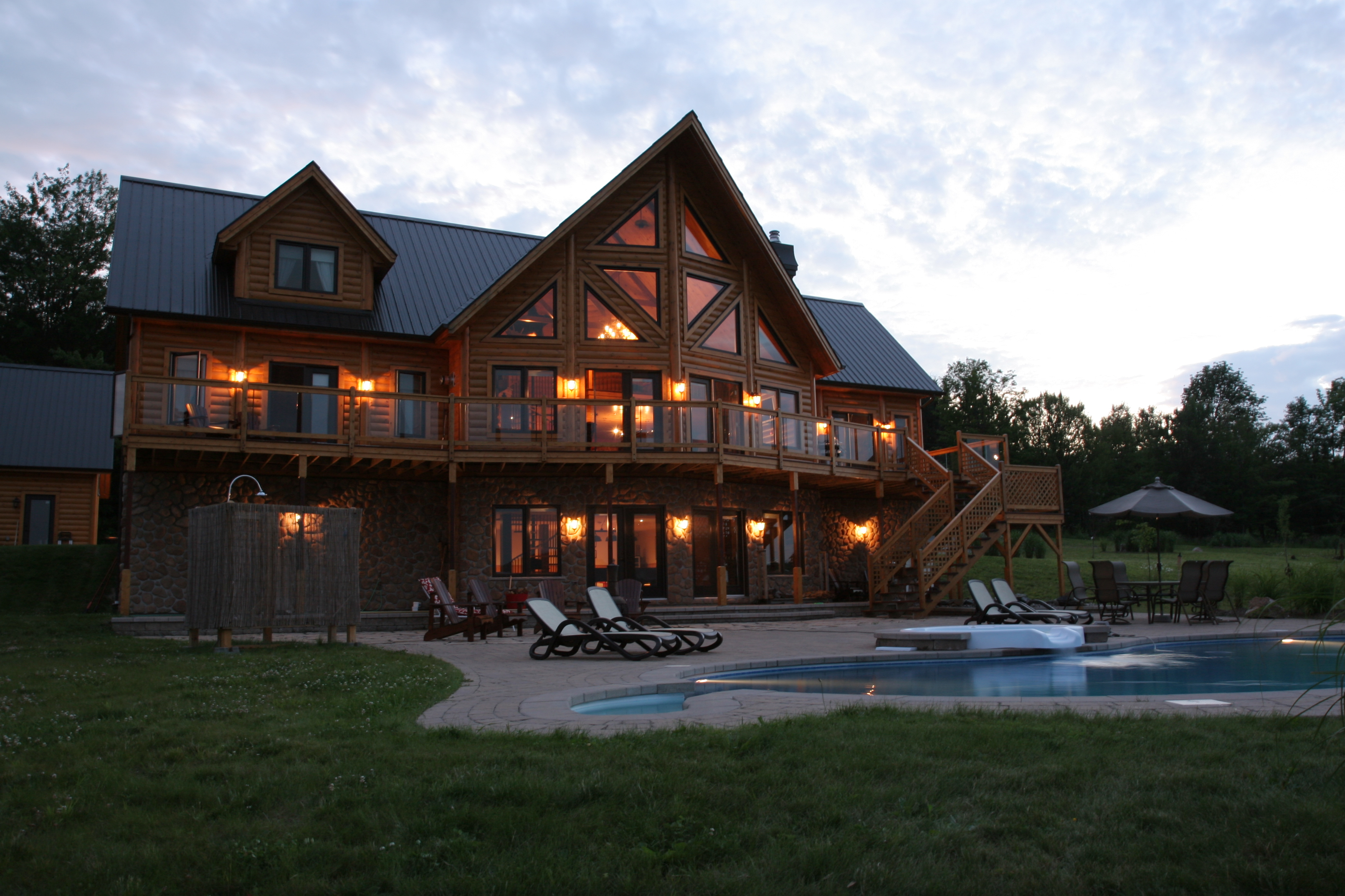 Timber block insulated log homes exceeds the building for House log