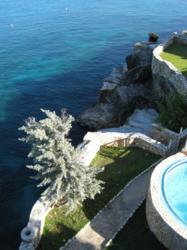 A picture of the seaside cliffs of Home Sweet Home resort in Negril, Jamaica