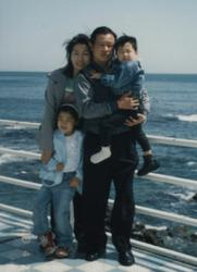 Si Young Lee and family