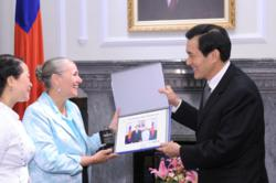 On the 9th Annual Youth for Human Rights World Tour, Founder and President Mary Shuttleworth introduced Taiwan President Ma Ying-jeou to the Youth for Human Rights International educational program and materials.
