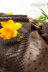 sacs à main en cuir exotique artisanaux ont expérimenté avec des combinaisons fascinantes de crocodile et de python, d'autruche et d'anaconda