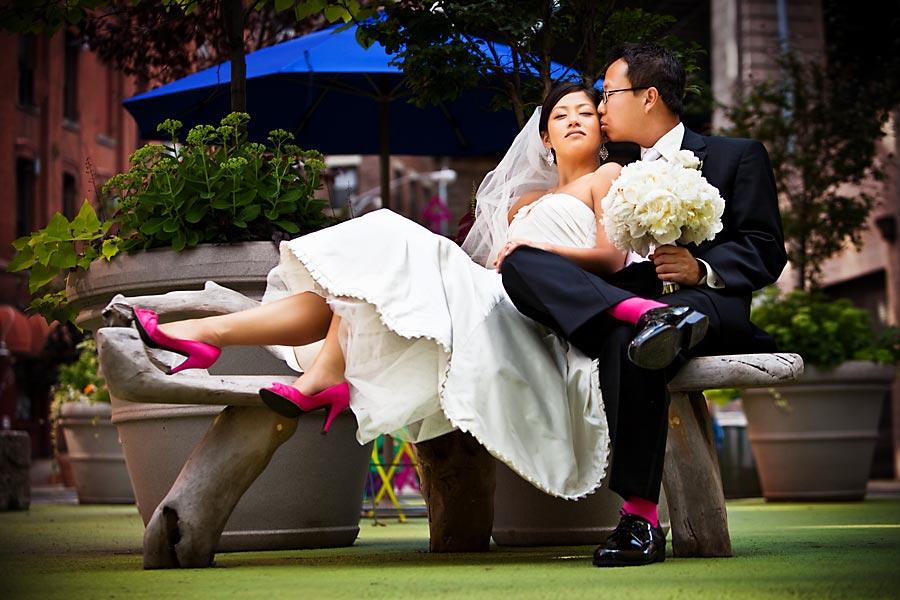 Яркие туфли невесты: создаем дополнительный эффект