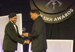 Lakhsmi Mittal recieving the Special Recogintion Award from Navdeep Singh Founder of the Sikh Awards