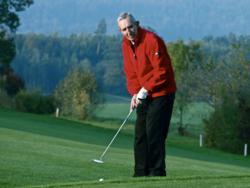 Kansas city vein treatment patient, Terry, playing golf.
