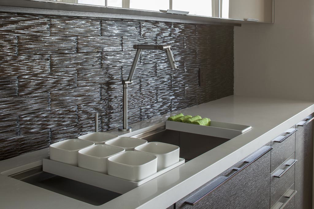 Mineral tiles now distributing its new waters clear glass for Contemporary kitchen tiles ideas
