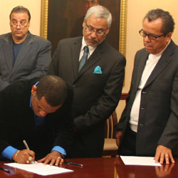 Iosmar Alvarez of Global Empowerment Ministries signs a Memorandum of Understanding with United Theological Seminary.