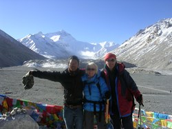 This foreign couple were lucky for only lucky people can get a clear view of Mt. Everest.