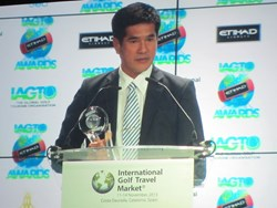 Hua Hin's Lord Mayor, Khun Nopporn Vuttikul, receiving the Golf Destination of the Year Asia/Australasia 2014 Award