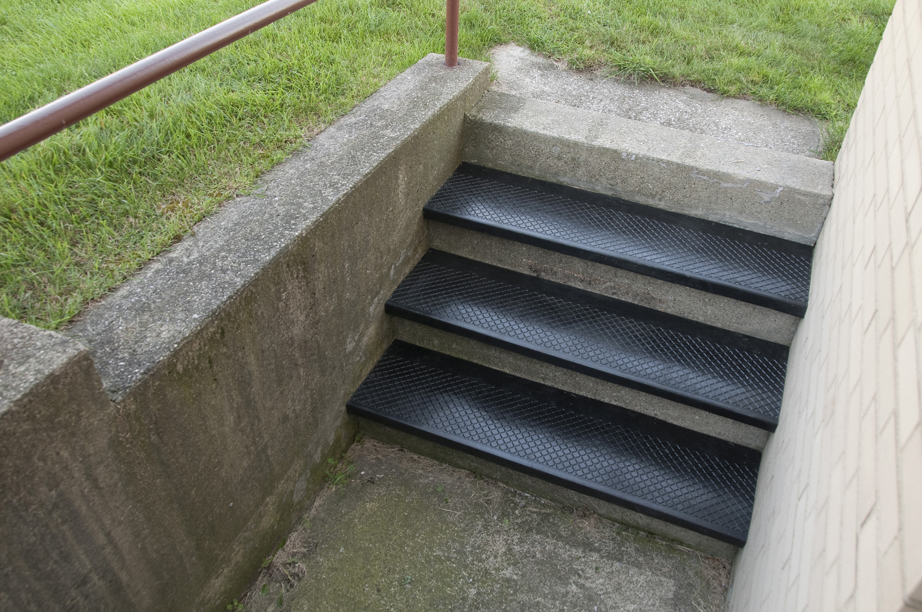 New outdoor recycled rubber stair treads from discount for Durable carpet for stairs