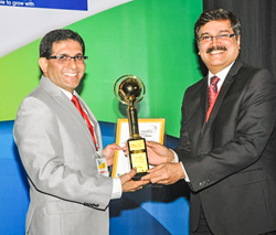 Adil Dalal receiving the Global Award from Mr. Prashant Hoskote, the Senior Director of Max India Group,