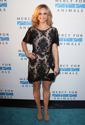 Fiona Gubelmann carries Jill Milan Holland Park Clutch to Mercy For Animals 15th Anniversary Gala, Sep 12, 2014. (Photo: David Livingston, WireImage)