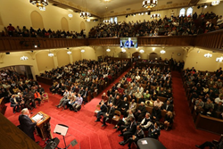 Luis Palau speaking to hundreds of pastors during the CityServe and CityFest launch in New York City