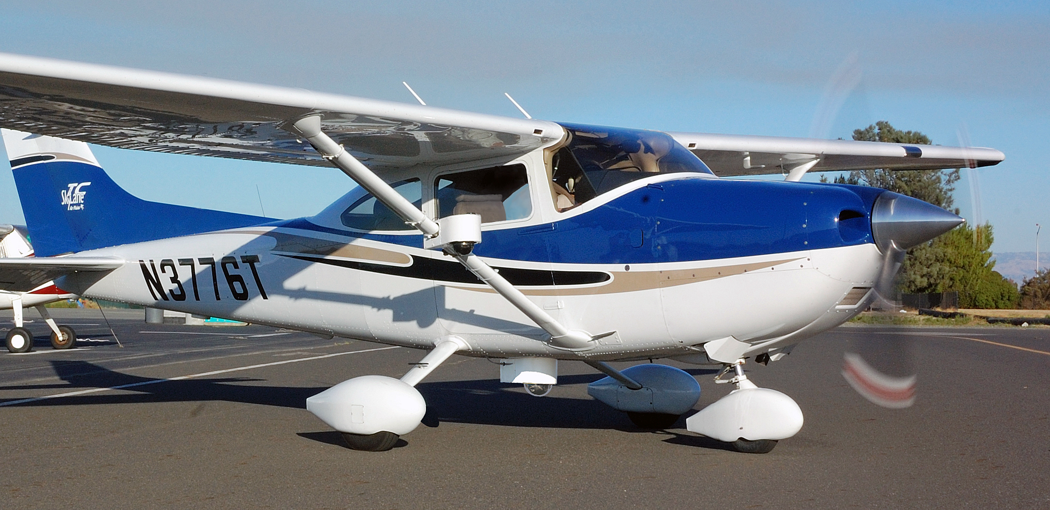 ... Is The World's Smallest Twin-Engine Manned Airplane   GadgetKing.com