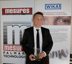 "Christophe Blaisse, Lab Division Manager of Mettler-Toledo France receives the ""Best innovative new product"" award from Mesures magazine."