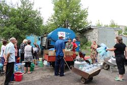 Mercy Corps urgent water distribution in Krasniy Yar, Luhansk, Ukraine