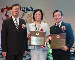 (Left to right) Taiwan Minister of Interior Mr. Chin Wei-zen presented chief executive of the Church of Scientology Taiwan Ms. Sunny Fu and Dr. Oliver Hseuh, Executive Director of the Church of Scientology Kaohsiung, with Excellent Religious Group Awards