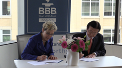 BBB and Korea Consumer Agency Sign Agreement: Han Kyeon-pyo, president of the Korea Consumer Agency in the Republic of Korea (right), and Mary E. Power, president and CEO of the Council of Better Business Bureaus, sign a Memorandum of Understanding at CBB