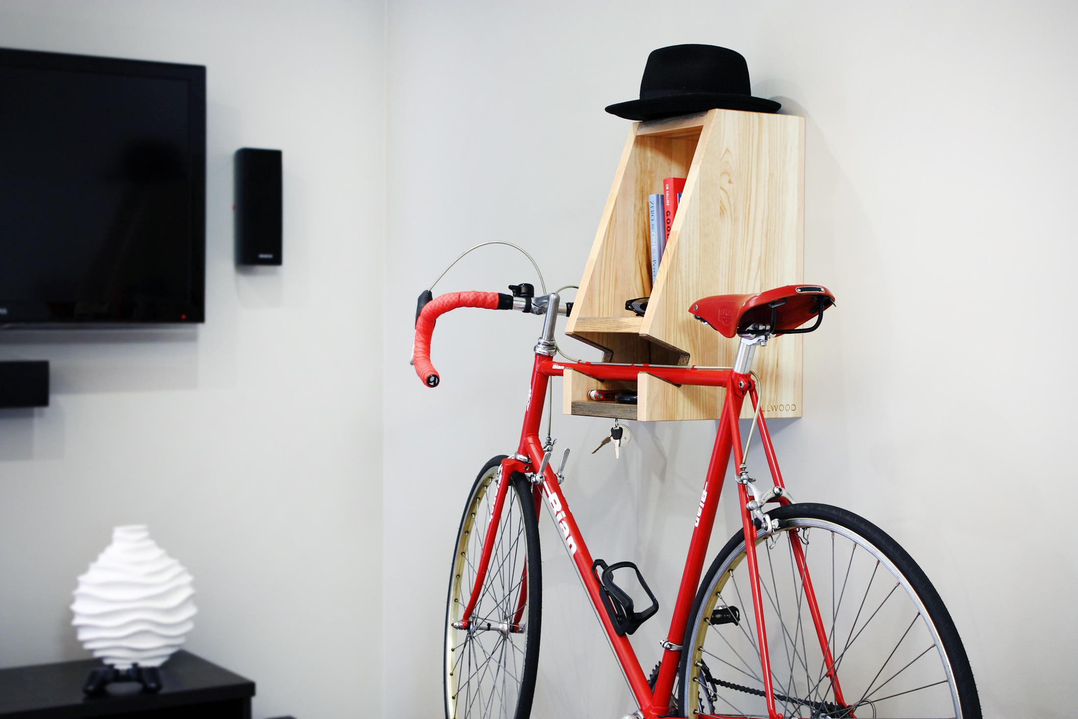 Деревянная полочка для велосипеда.