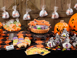 Do-it-yourself Halloween invitations, party favors and place cards using Avery products and free printables, DIY Halloween