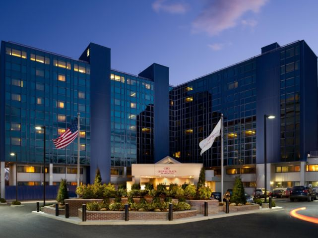 Crescent hotels resorts to manage the crowne plaza jfk for Hotels closest to jfk airport