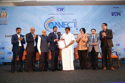 Shaji Ravi receiving the 'Entrepreneur of the Year 2017' award
