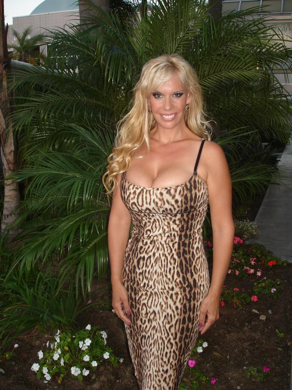 The Hollywood Bowl >> Lindi Lauren Headlines Blue Bay Restaurant Grand Opening