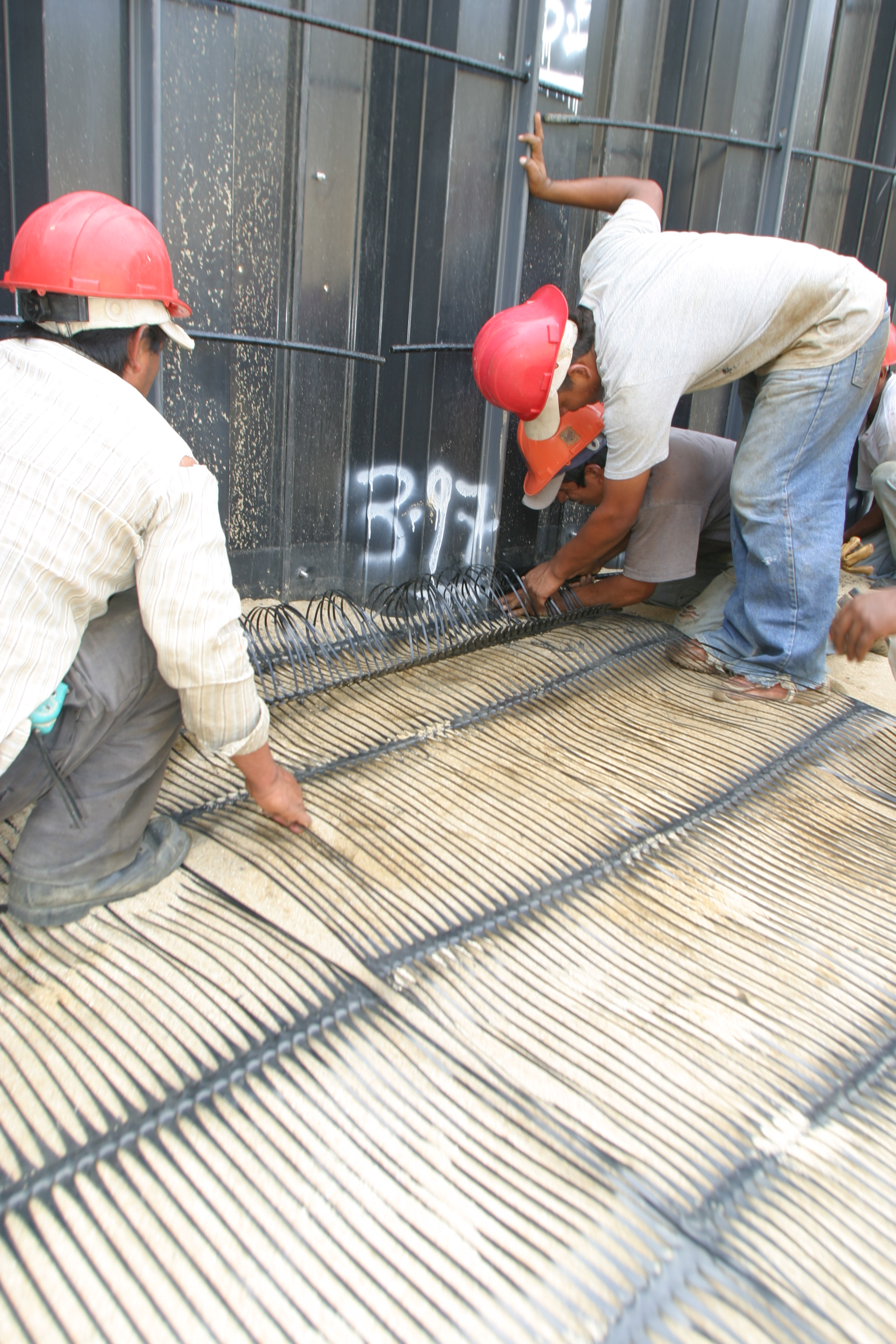 Retaining Wall System Combining Sheet Piling And Geogrid Reinforcements