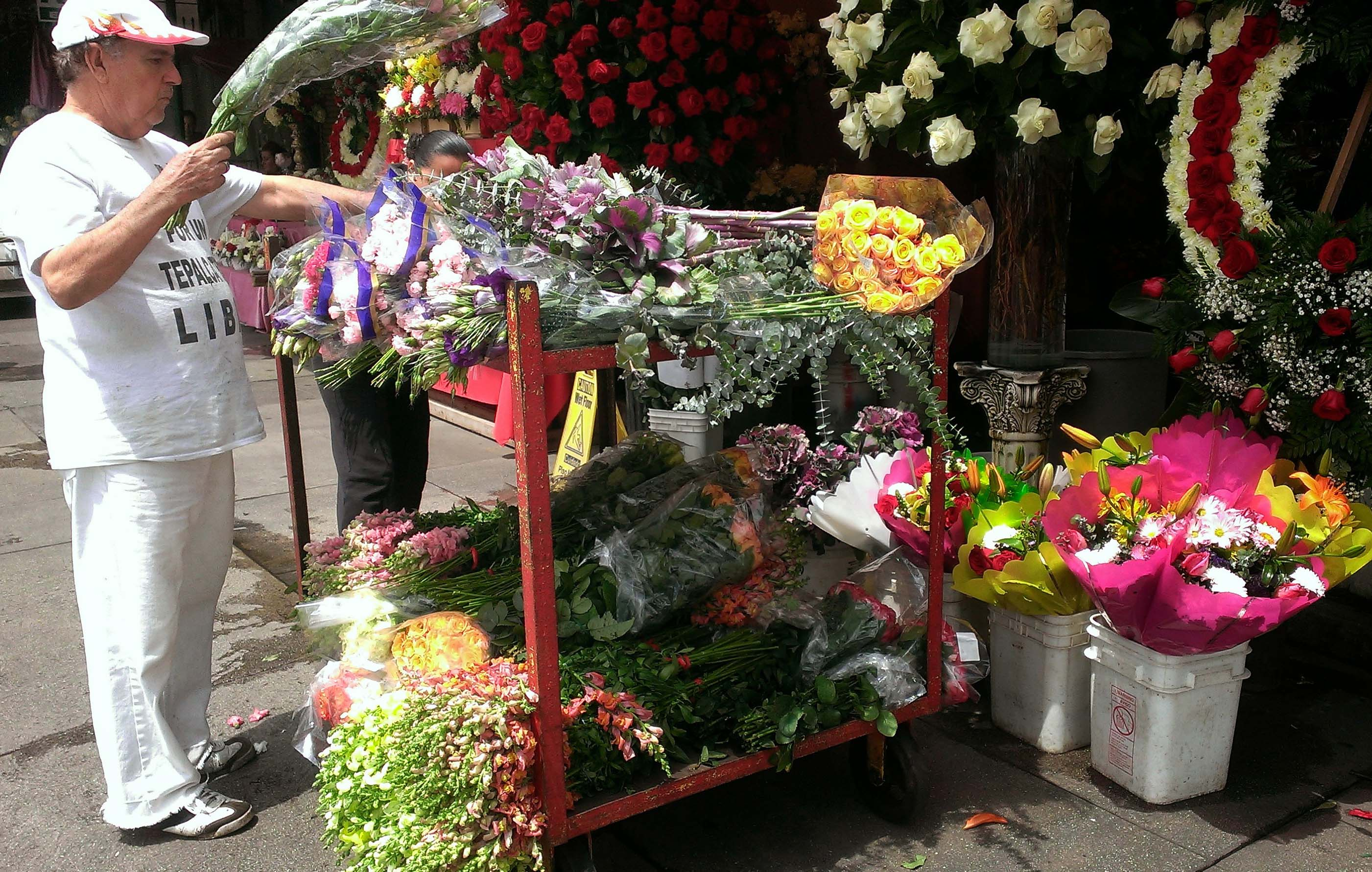 Cfm gives tips to buy cheap funeral flowers in las flower district selecting diy flowers and supplies to make funeral arrangementscalifornia flower mall 825 san pedro street los angeles ca izmirmasajfo